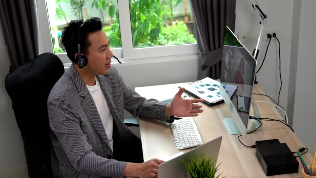 vídeos de stock, filmes e b-roll de homem de negócios tendo chamada de videoconferência zoom via computador. escritório de casa. - comunicação