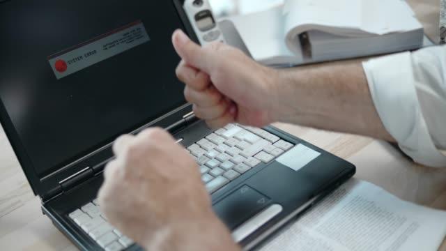 slo mo business-mann schlagen seinem laptop - computerfehler stock-videos und b-roll-filmmaterial