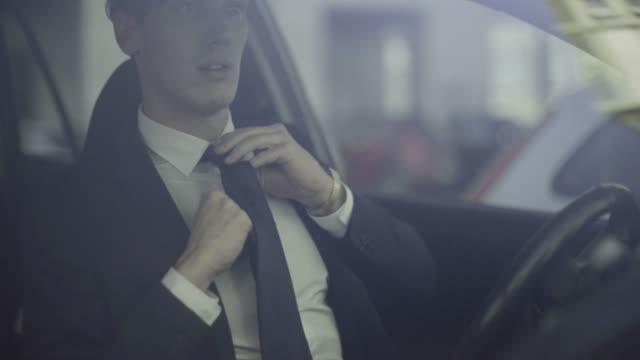 車の中のビジネスの男性