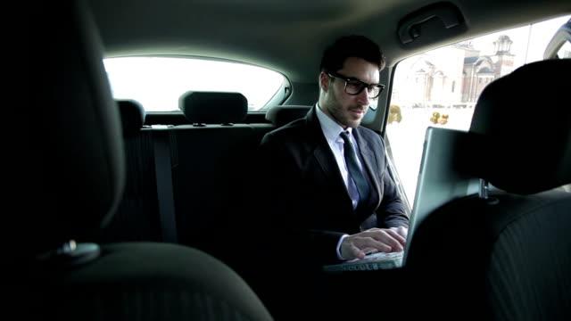 Business Mann im Auto
