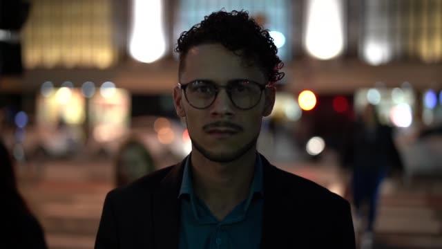 vidéos et rushes de homme d'affaires à la recherche de l'appareil - apprenti