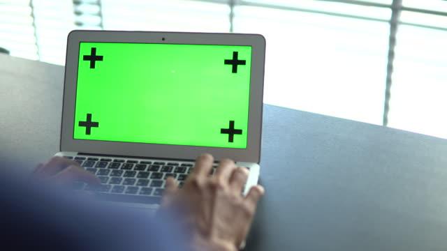blick auf laptop mit greenscreen geschäftsmann - über die schulter stock-videos und b-roll-filmmaterial