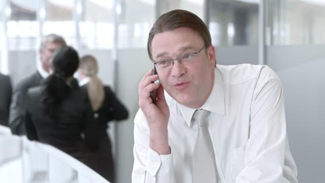 DS zakenman maken van een telefoongesprek op de gang