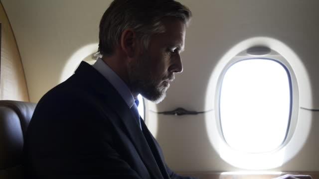 business man on private jet - 出張点の映像素材/bロール