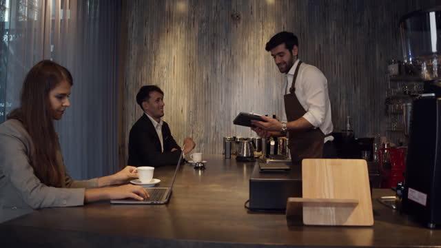 vídeos de stock e filmes b-roll de business man order coffee to barista and drink coffee. - empregada de mesa