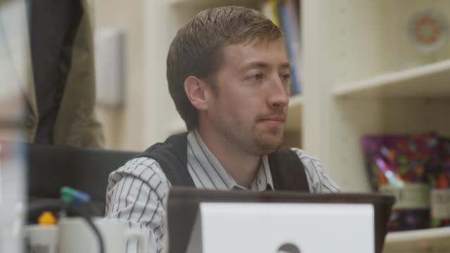 ms business man patting colleague on shoulder / provo,utah,usa - provo bildbanksvideor och videomaterial från bakom kulisserna