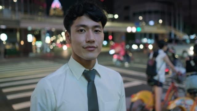 vídeos y material grabado en eventos de stock de retrato de hombre de negocios por la noche - calle urbana