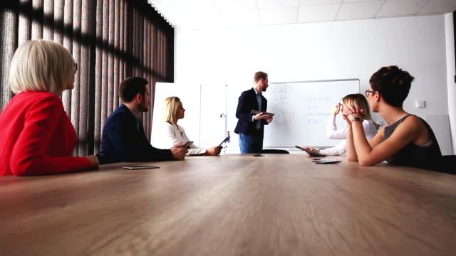 新しいアイデアやプロジェクトを提示ビジネス男性