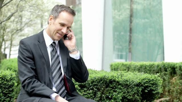 vídeos de stock e filmes b-roll de mls business man receives a call - vestuário de trabalho formal