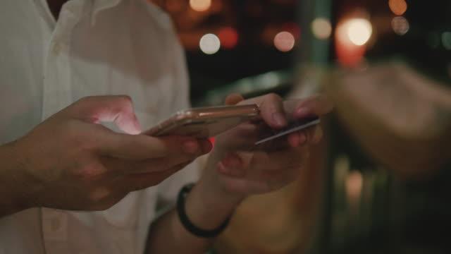 vídeos y material grabado en eventos de stock de hombre de negocios en línea de compras después del trabajo. - comprar