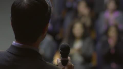 vídeos y material grabado en eventos de stock de cu business man speaking to audience / south orange, new jersey, usa - conferencia