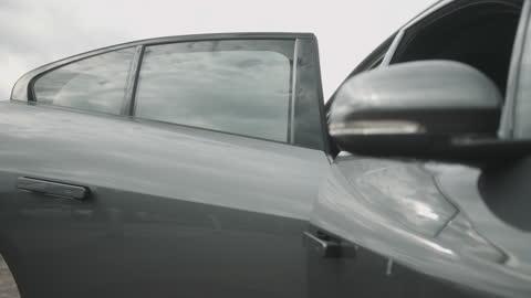 vídeos y material grabado en eventos de stock de business man stepping into luxury electric car with driver - coche eléctrico coche alternativo