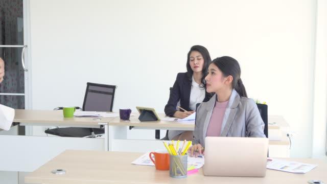 Zakelijke man stam in office, mensen bespreken met collega's aan tafel