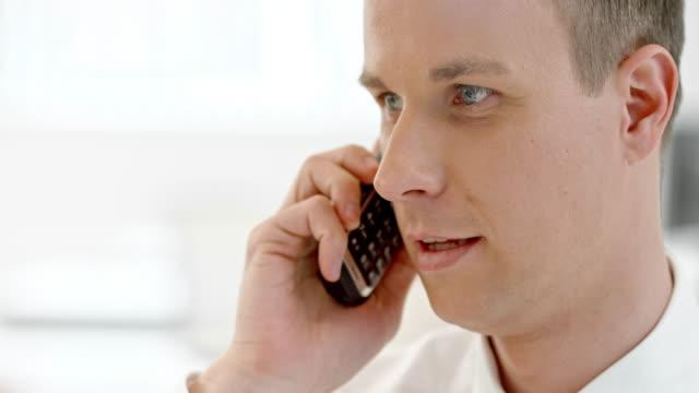 stockvideo's en b-roll-footage met tu zakenman praten aan de telefoon - draadloze telefoon