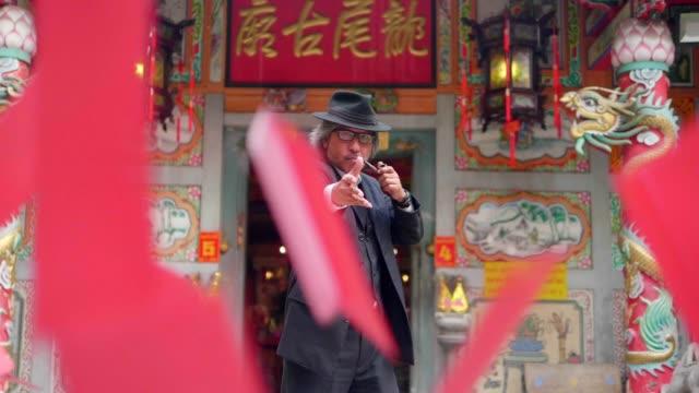stockvideo's en b-roll-footage met zakenman gooien chinese hongbao - welvaart