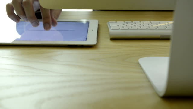 vidéos et rushes de homme d'affaires à l'aide de tablette numérique - un seul homme d'âge moyen