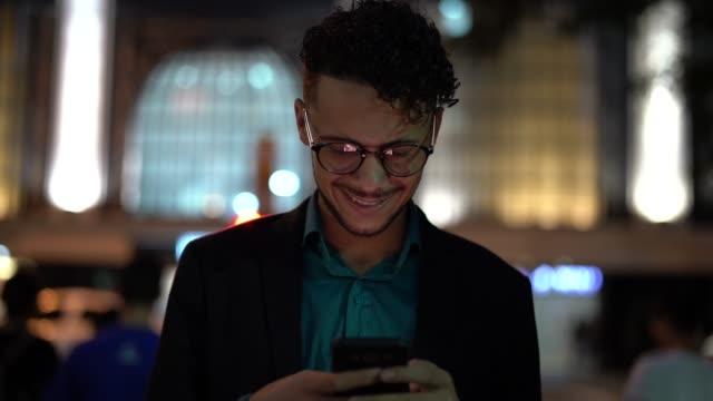 vídeos de stock, filmes e b-roll de homem de negócios usando móveis à noite - aluno de universidade