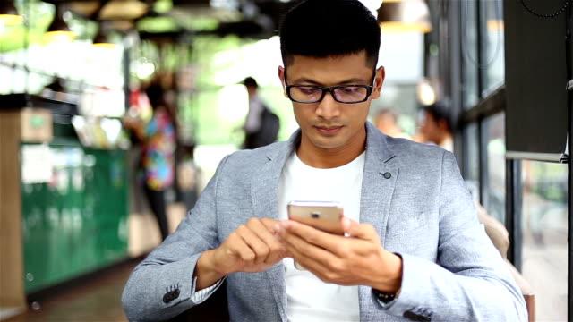 Geschäftsmann mit Smartphone In der Cafeteria