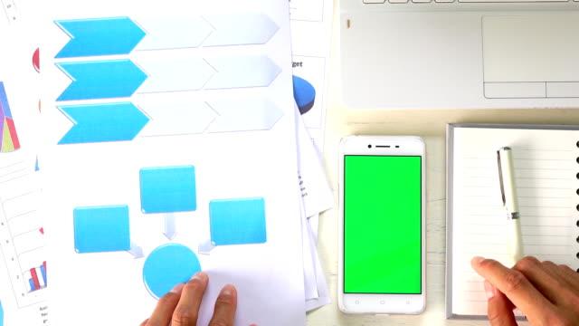 緑色の画面でスマート フォンを使用してビジネスの男性 - 引きずる点の映像素材/bロール