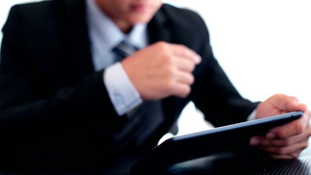 uomo d'affari utilizzando tablet-dolly - abbigliamento da lavoro formale video stock e b–roll