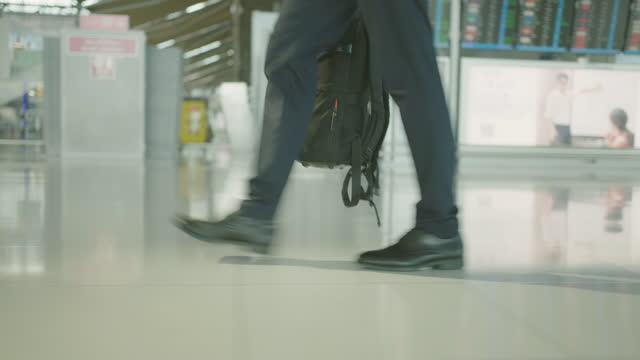 vídeos y material grabado en eventos de stock de hombre de negocios caminando y corriendo en el aeropuerto. - rucksack
