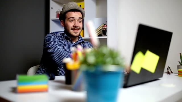 vídeos de stock, filmes e b-roll de homem de negócios, assistindo algum conteúdo no laptop - trabalho de freelancer
