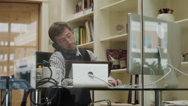 ms business man working in office / provo,utah,usa - provo bildbanksvideor och videomaterial från bakom kulisserna