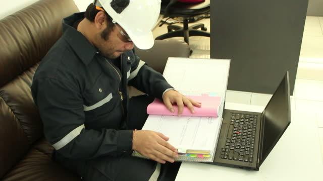 uomo d'affari al lavoro in ufficio - corso di economia domestica video stock e b–roll