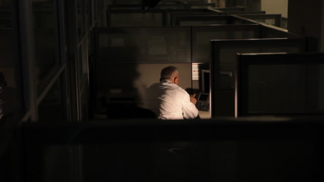 stockvideo's en b-roll-footage met business man working late at an empty office - mouw