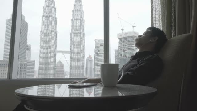 Zakenman die werken met mobiel apparaat in het hotel