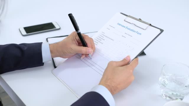 ビジネス マネージャーの仕上げは、インタビューとのハンド シェーク applicant.got 仕事を評価します。 - クラシファイド広告点の映像素材/bロール