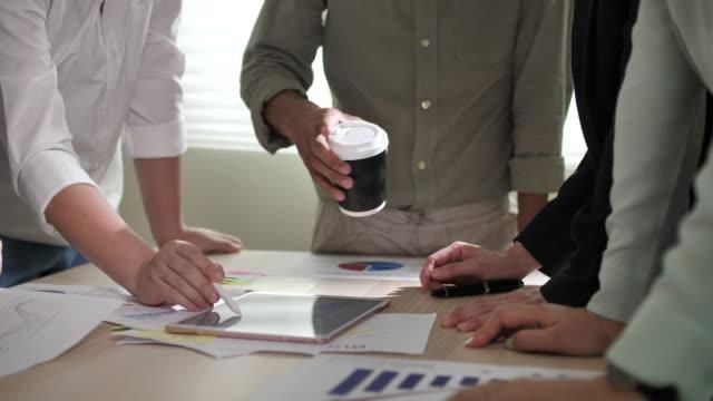 ビジネスミーティングとデータ分析 - 従業員エンゲージメント点の映像素材/bロール