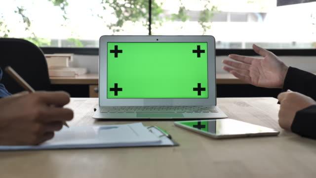Affärsmöte och presentation med grön skärm