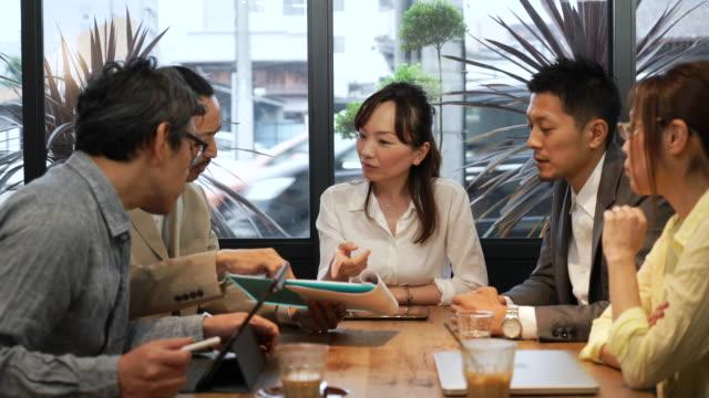 ビジネスミーティングは「ザカフェ」 - ビジネスウーマン点の映像素材/bロール
