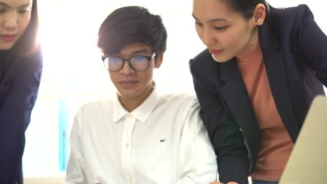 vídeos y material grabado en eventos de stock de reunión en casa de asesor de negocios - oriental asiático e indio