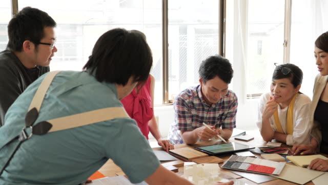 vídeos de stock e filmes b-roll de reunião de negócios no escritório - plano documento