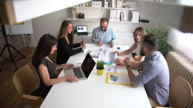 vídeos y material grabado en eventos de stock de reunión de negocios llegando a su fin - compromiso de los empleados