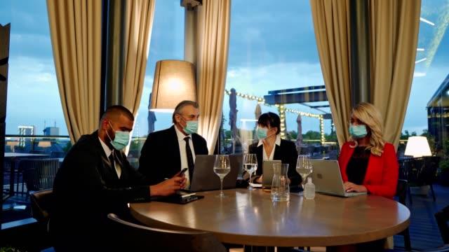 vídeos de stock, filmes e b-roll de reunião de negócios durante epidemia de vírus corona - vestuário de trabalho formal