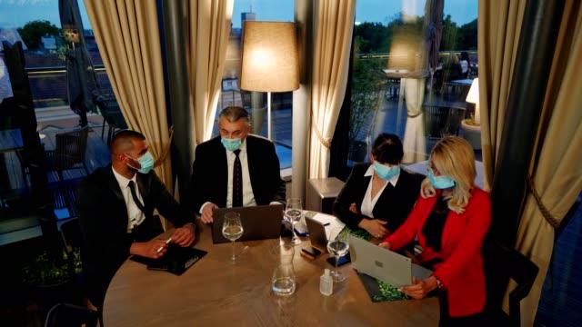 コロナウイルス流行時のビジネスミーティング - 柔軟性点の映像素材/bロール