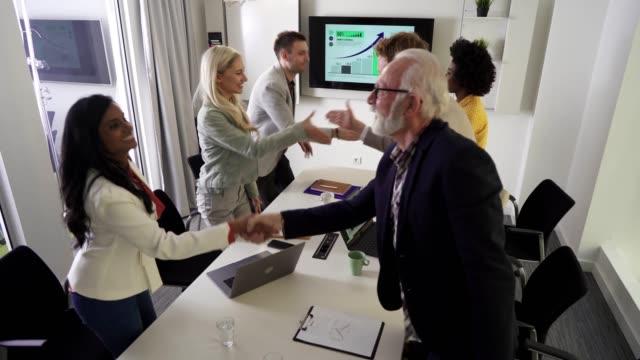 ビジネスミーティングが正常に終了しました - 民族点の映像素材/bロール
