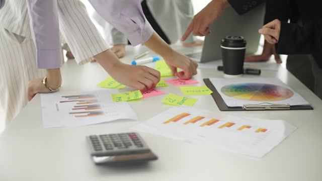 gruppo di riunioni d'affari che discute su carta e scambia idee, brainstorming concetto di business - brainstorming video stock e b–roll