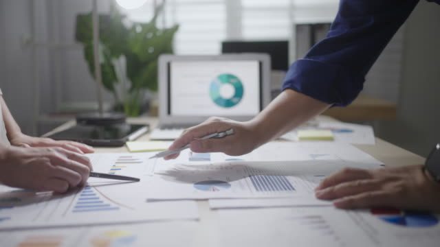 vidéos et rushes de réunion d'affaires, mains dans la réunion travaillant avec l'ordinateur portable - professional occupation
