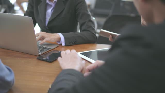 カフェでの商談会、クローズアップショット - 膝から上の構図点の映像素材/bロール