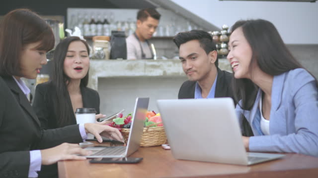 カフェでのビジネスミーティング, ミディアムショット - 膝から上の構図点の映像素材/bロール