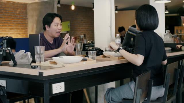 ビジネスミーティングに、カフェ  - カジュアルウェア点の映像素材/bロール