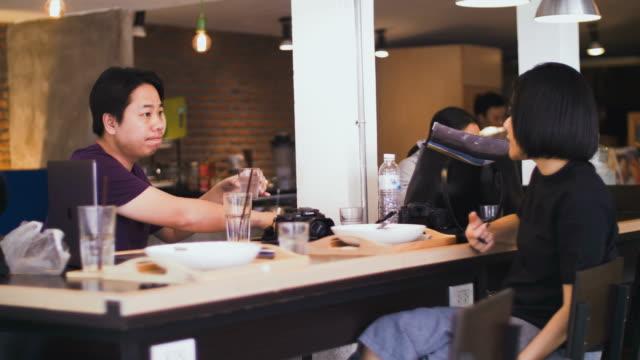 vídeos y material grabado en eventos de stock de reunión de negocios en un café  - descanso para comer