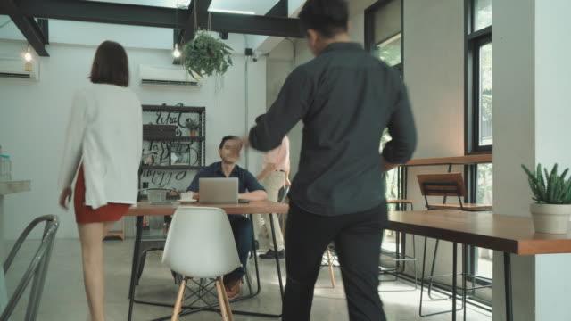 カフェでのビジネスミーティング、ワイドショット - コーヒーショップ点の映像素材/bロール