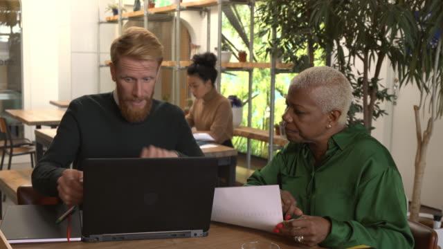 vídeos de stock, filmes e b-roll de reunião de negócios em um espaço de trabalho compartilhado - respect