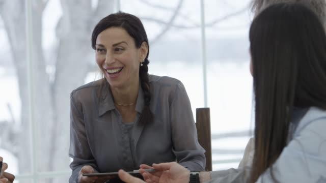 vidéos et rushes de réunion d'affaires dans la salle de conseil - âges mélangés