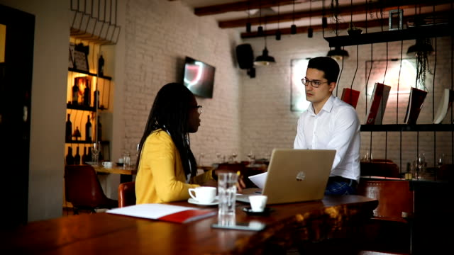 business-meeting im café - after work stock-videos und b-roll-filmmaterial